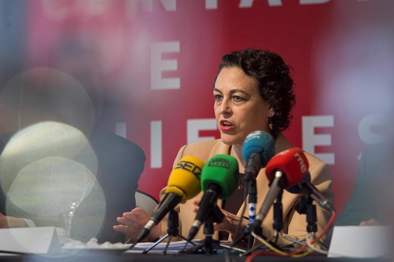 Imagen de Magdalena Valerio con diferentes micrófonos ante una de sus apariciones públicas como Ministra de Trabajo.