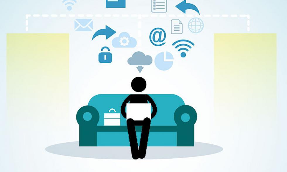 Imagen de una persona en un sofá realizando teletrabajo.