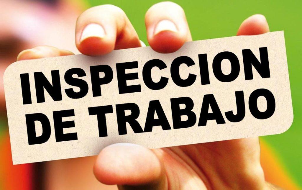 """Imagen de una mano con un cartel donde se lee """"Inspección de Trabajo"""""""